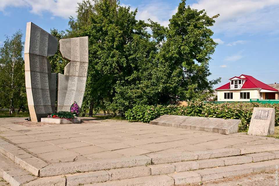 Могила воинов-освободителей 62-й гвардейской дивизии под командованием генерала И.П. Мошляка в селе Белозерье