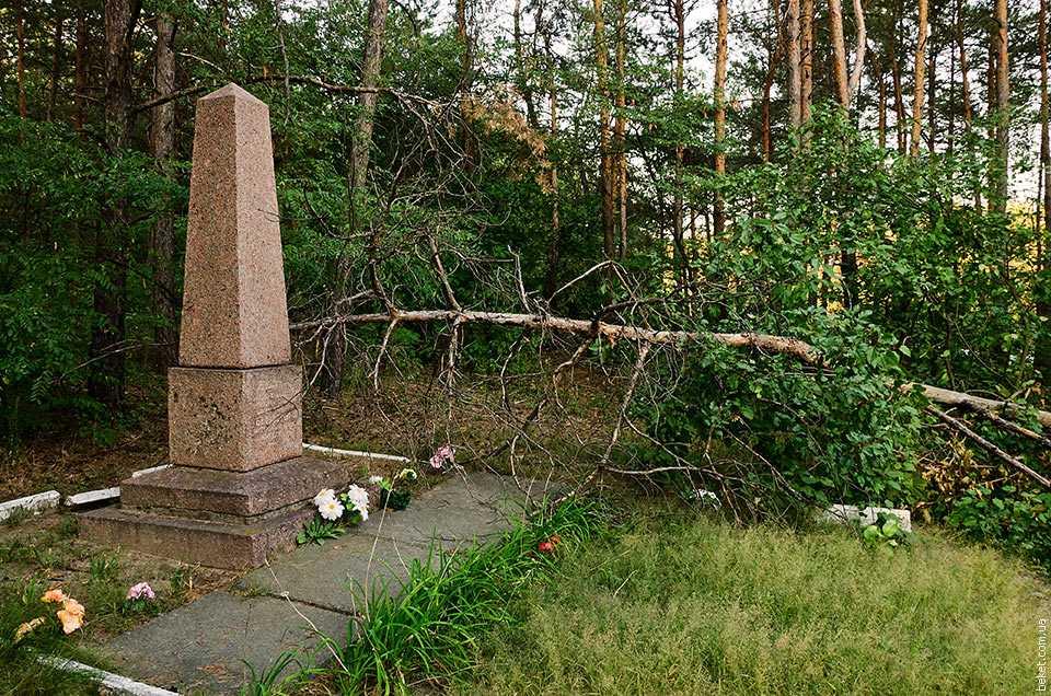 Памятный обелиск расстрелянным белозерцам в 1943 году