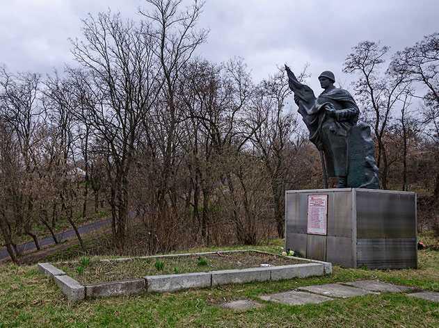 Братская могила солдат, офицеров и партизан в селе Балаклея