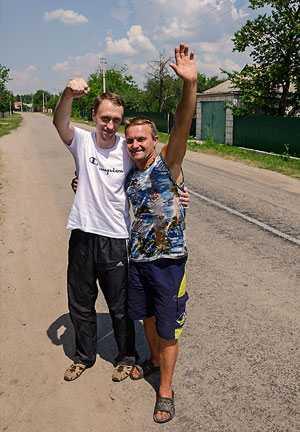 Местный музыкант и автор песен Славик (справа) приглашает на праздник Ивана Купала в Дом Культуры