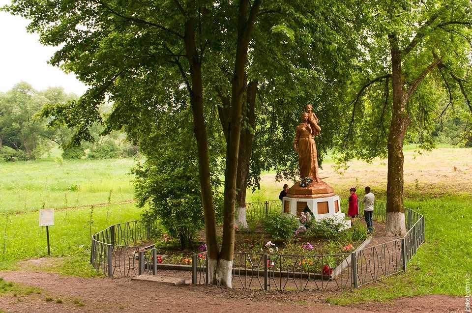 Памятник погибшим односельчанам в поселке Буда