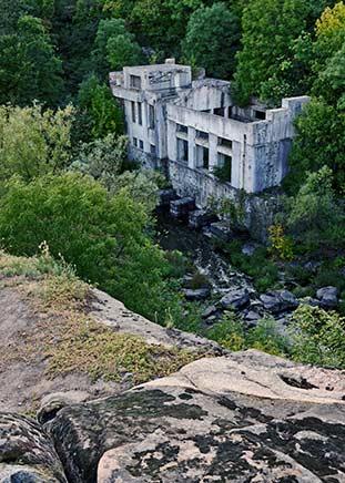 Развалины гидроэлектростанции на реке Горный Тикич в пгт Буки