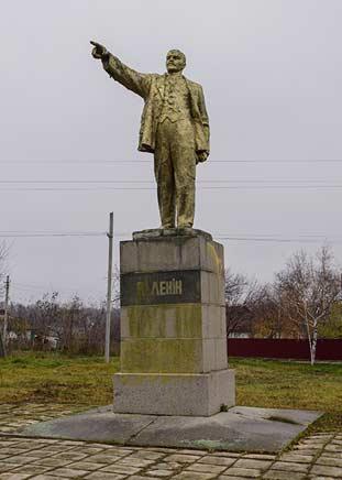 Памятник Ленину в центре Бук