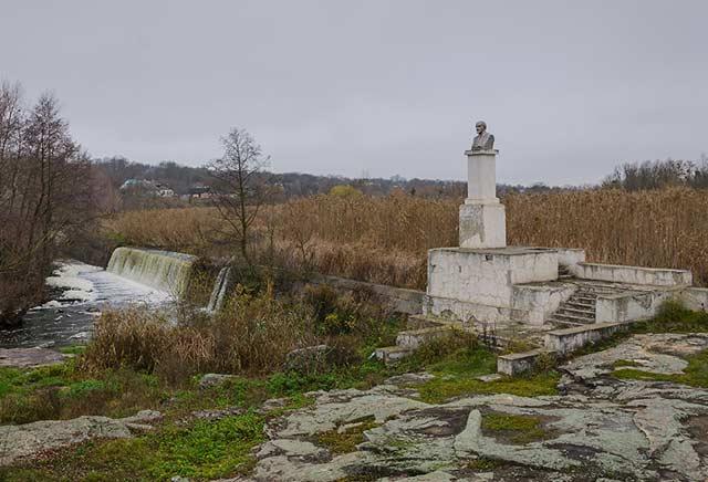 Памятник Ленину на развалинах ГЭС в пгт БУки