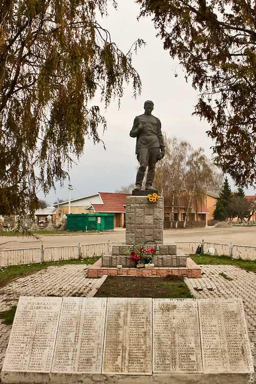 Памятник погибшим односельчанам в селе Дубиевка