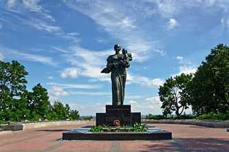 Братская могила и памятник воинам, которые погибли во время освобождения Канева