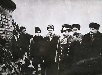 Космонавт П.Р. Попович у подножья памятника Т.Г. Шевченка в Каневе 1964 г.