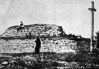 Могила Тараса Шевченко с деревянным крестом, установленным Варфоломеем Шевченко в декабре 1882 г.
