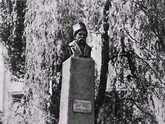 Памятник Шевченко, установленный на его могиле в 1923 году