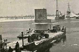 Паромная переправа возле взорванного моста