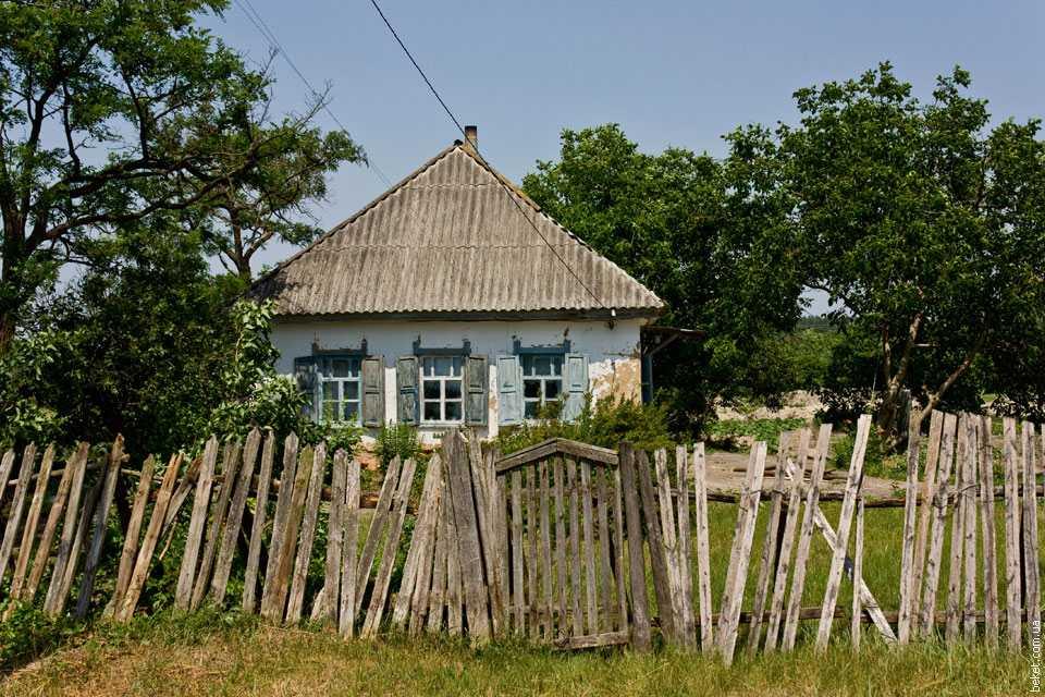 Старый дом в селе Комаровка