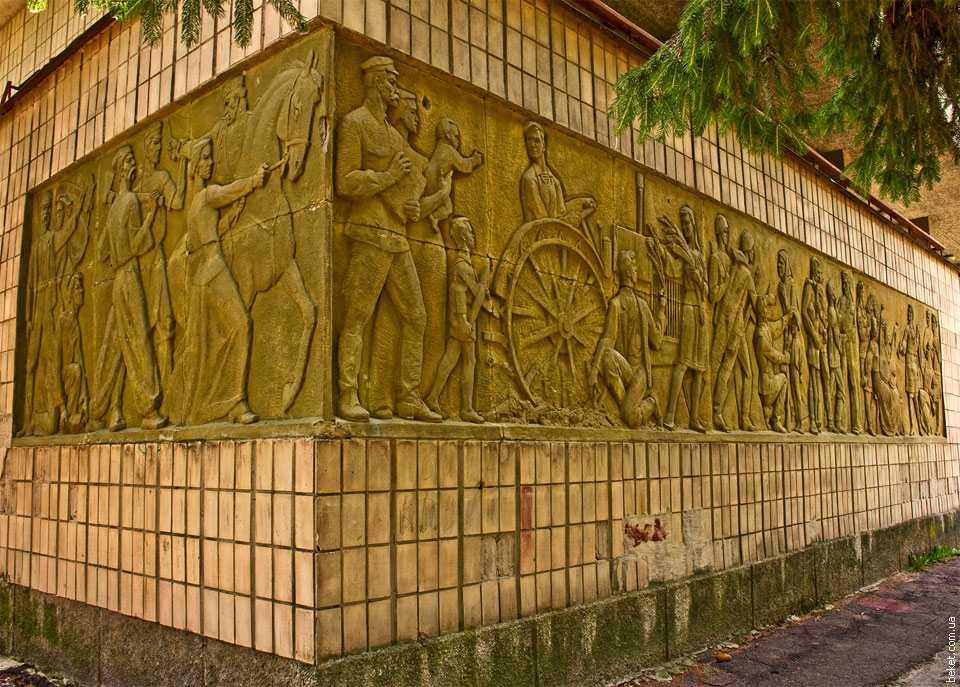 Барельеф на стене Дома культуры в селе Коробовка