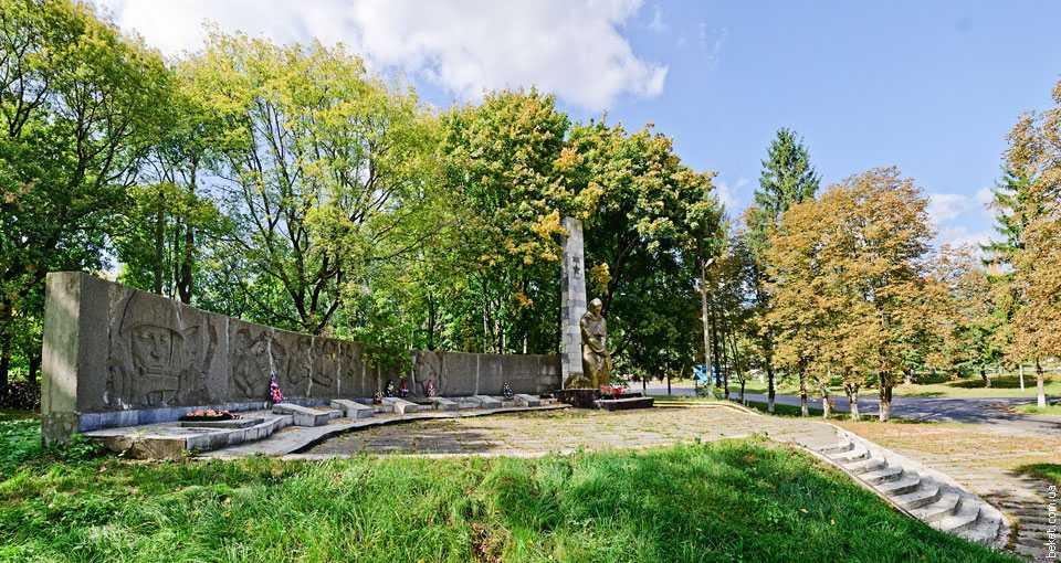 Обелиск-памятник односельчанам погибшим на фронтах ВОВ в селе Казацкое
