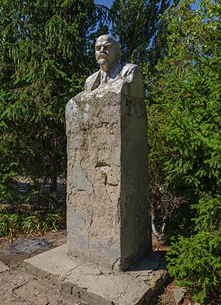 Бюст Ленина на территории школы