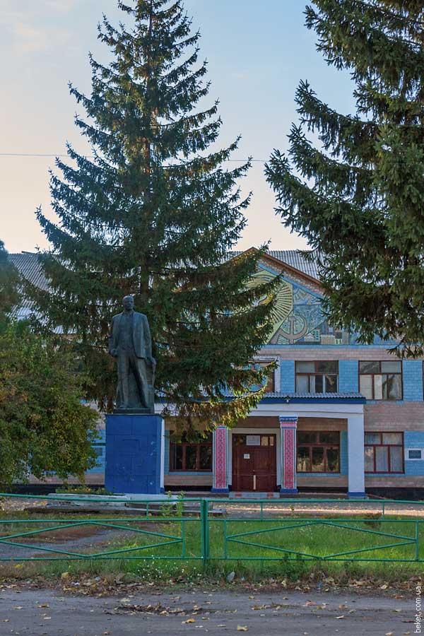 Памятник Ленину возле Дома Культуры в селе Красноселье