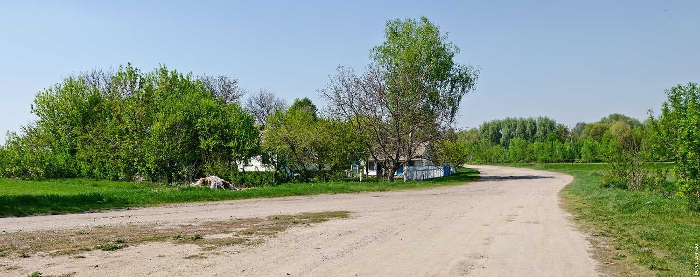 Первые дворы на въезде в село Крутые Горбы