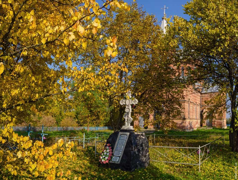 Кладбище на территории церкви в селе Крымки