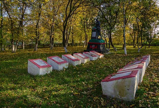 Братская могила воинов погибших во время Второй мировой войны