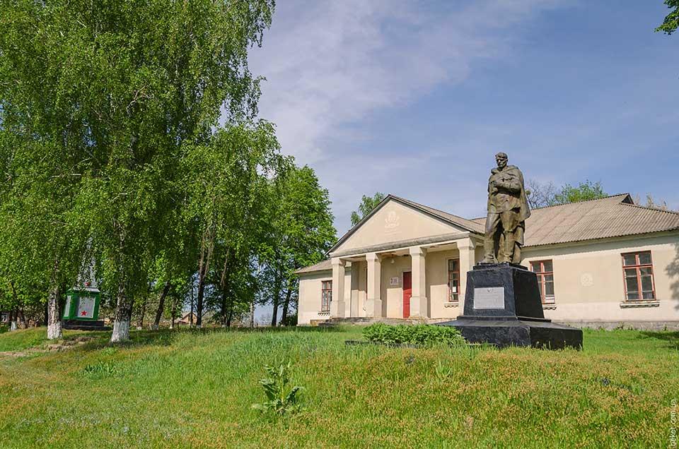 Памятники воинам погибшим воинам в второй мировой войне возле Дома Культуры