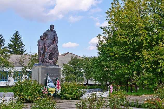 Памятник погибшим воинам-односельчанам в селе Кумейки