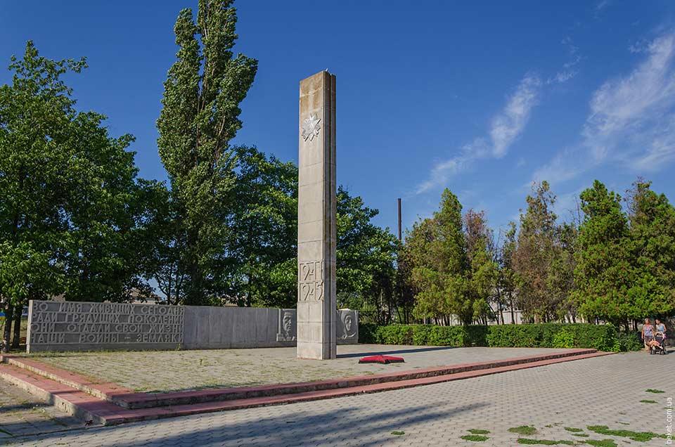 Памятник в честь воинов-односельчан погибшим во время второй мировой войны