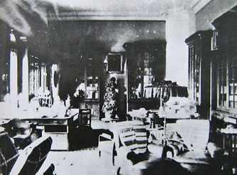 Рабочий кабинет внутри дворца в Мошногорах. Старинные фотографии села Мошны