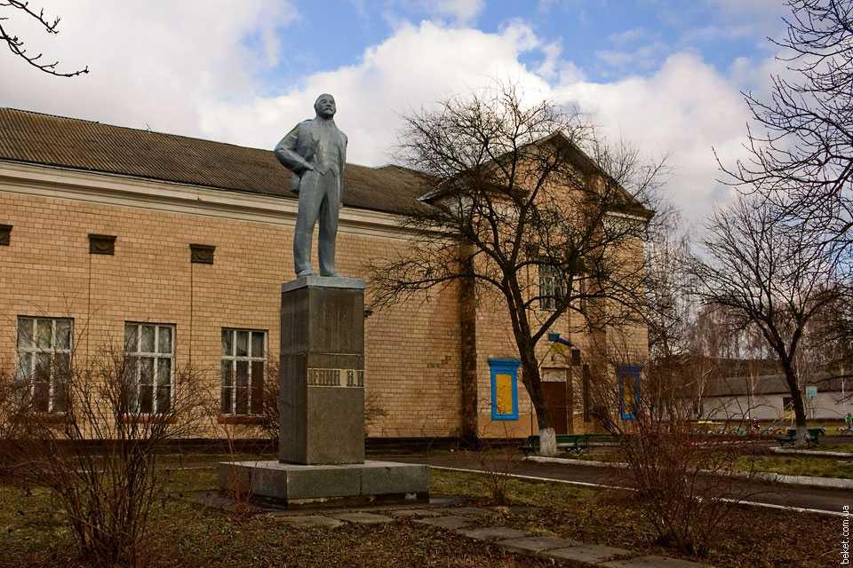 Памятник Ленину возле сельсовета в селе Михайловка