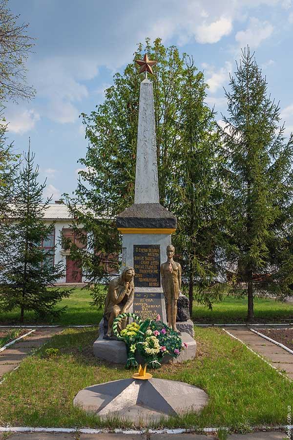 Памятник погибшим воинам возле сельского клуба в селе Набутов