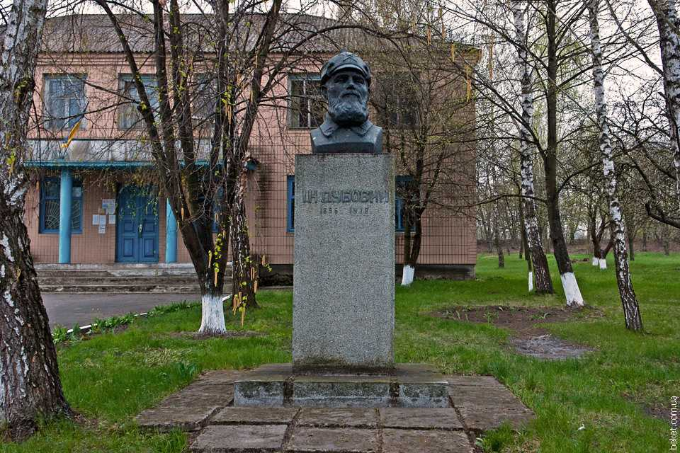 Бюст Ивану Наумовичу Дубовому в селе Новоселица