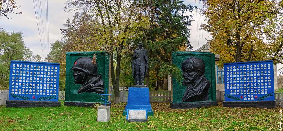 Памятник погибшим воинам в Второй мировой войне в селе Низшие Верещаки
