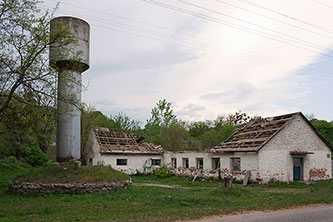 Помещения колхоза в селе Пекари потихоньку сами разрушаются