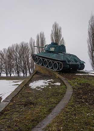 Памятный знак — танк Т-34/85 на въезде в село Песчаное