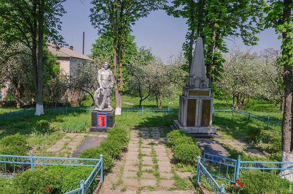 Братская могила и памятный знак воинам-защитникам и освободителям в селе Побережка
