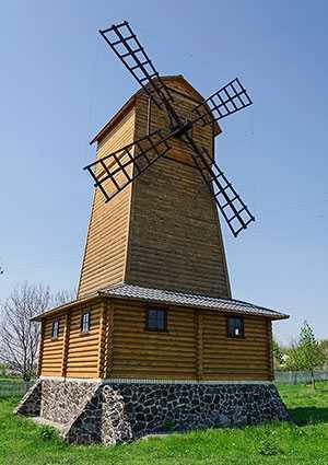 Бутафорская ветряная мельница в селе Порадовка