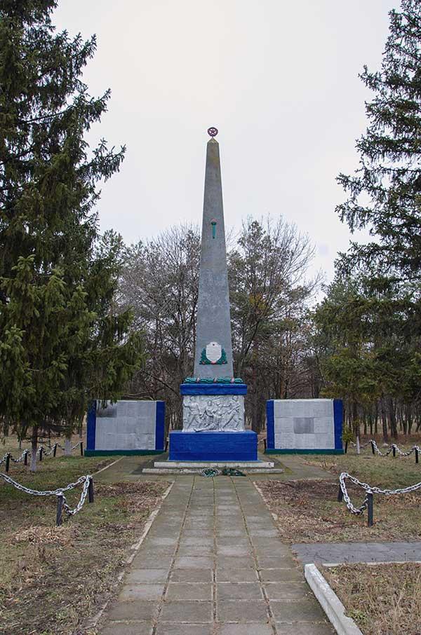 Обелиск погибшим воинам-односельчанам в селе Рацево во время второй мировой войны