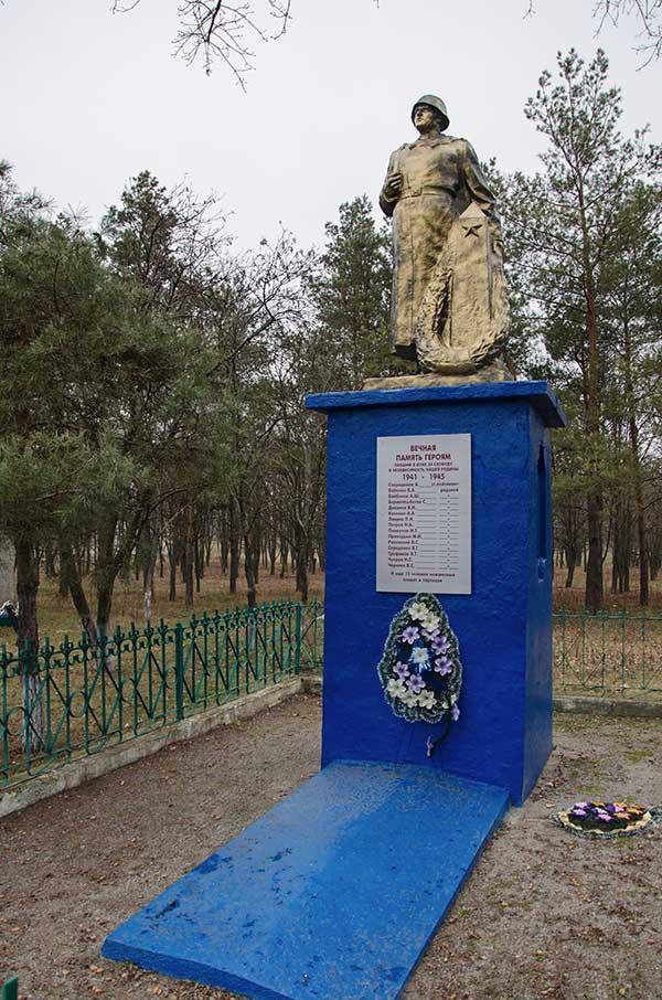 Памятник погибшим воинам освободителям в селе Рацево