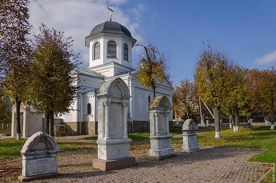 Кладбище на территории Крестовоздвиженской церкви