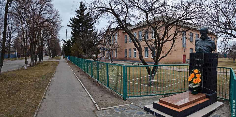 Бюст Т.Г. Шевченку возле школы