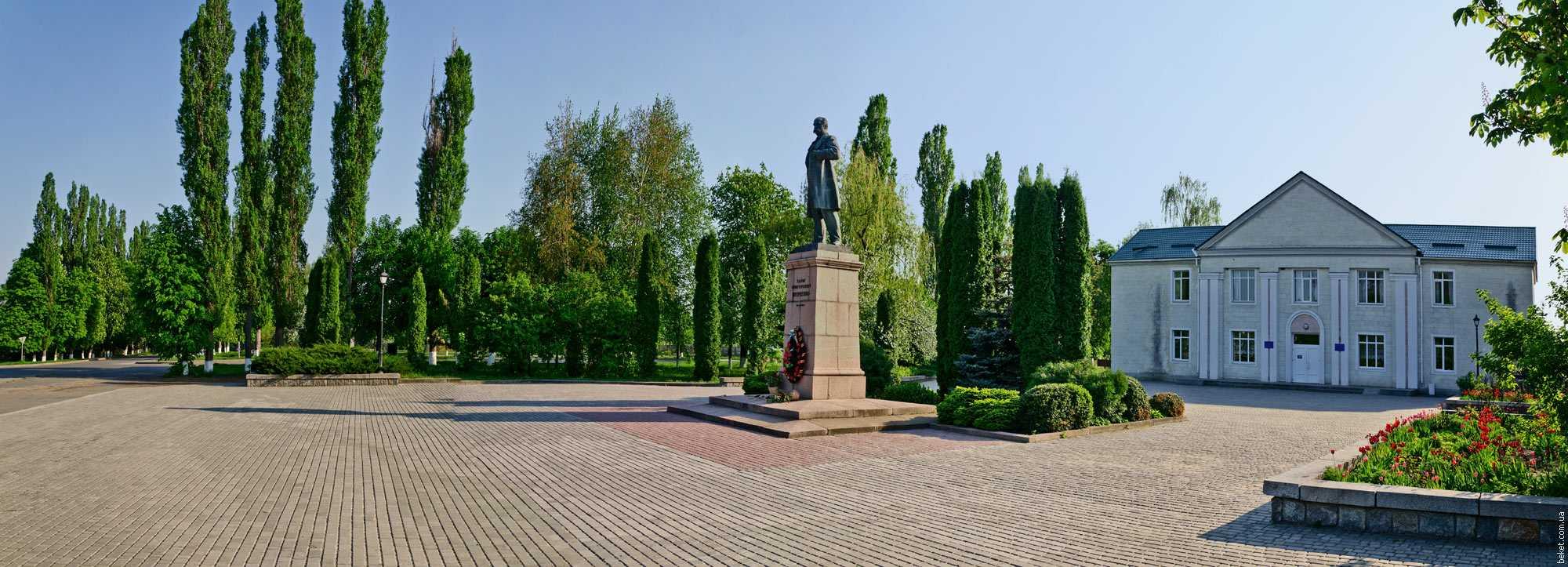 Памятник Т.Г. Шевченко возле клуба в селе Шевченково