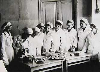 Емельянова Д.П. – повар чайной Шполянского райпотребсоюза проводит практическое занятие с учащимися школы столовой по приготовлению бисквитов 1957 г.