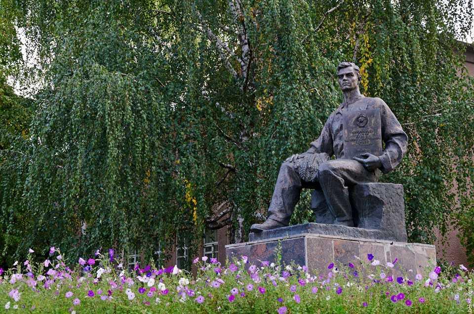 Памятник в честь выдачи Акта на вечное пользование землёй колхозам