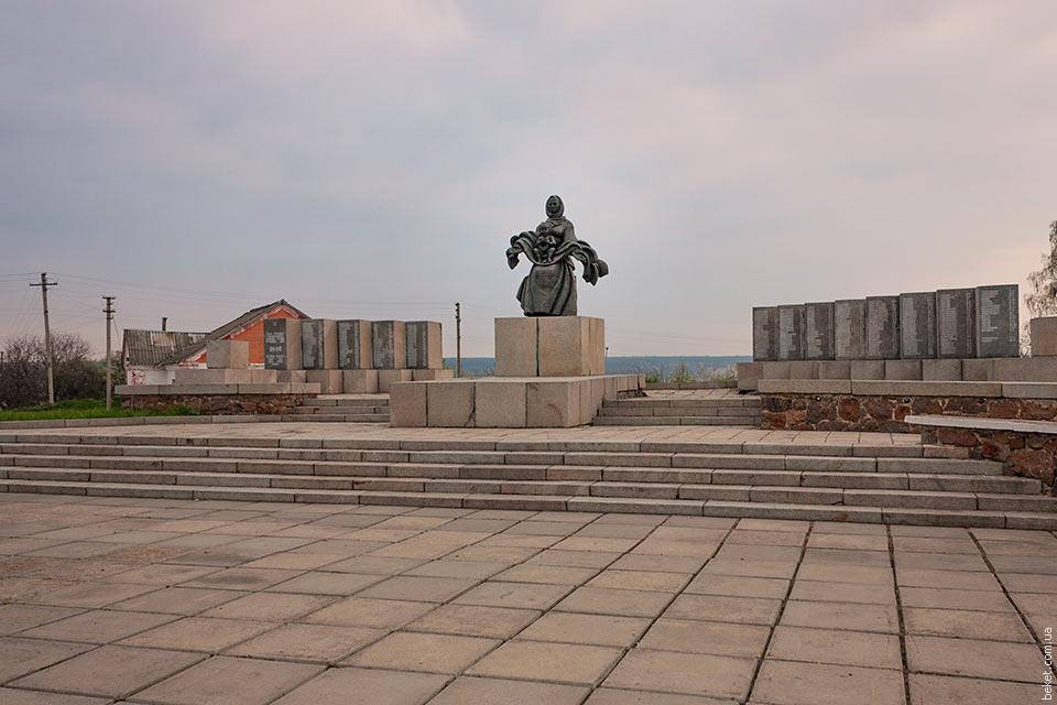 Памятник односельчанам, которые погибли во второй мировой войне