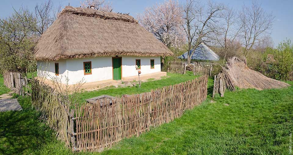 Реконструкция дома под соломенной крышей в Субботове