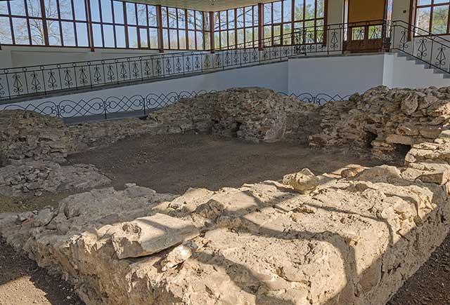 Фундамент замка в Субботове