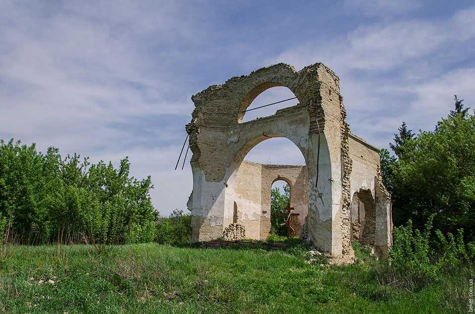 Каменную Михайловскую церковь в Ульяниках построили в начале ХХ века на месте старой деревянной