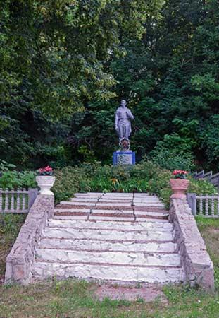 Памятник погибшим воинам освободителям в селе Ольховец