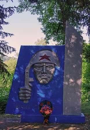 Памятник погибшим воинам односельчанам в селе Ольховец