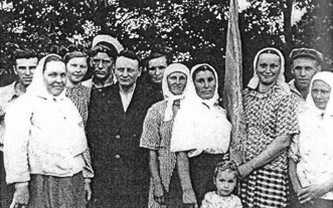 Председатель колхоза «Родина» П. К. Сиченко с работниками