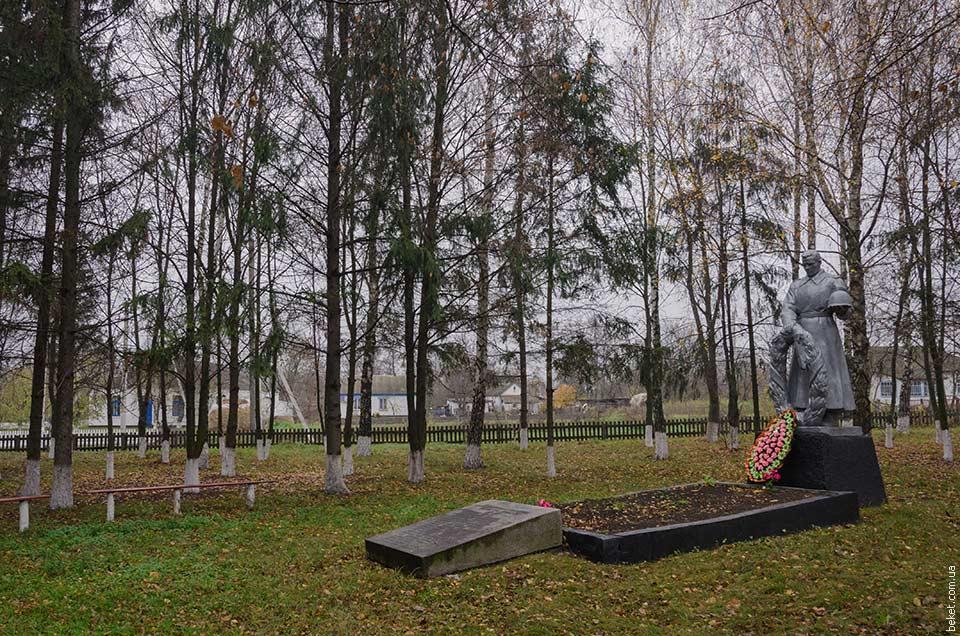 Памятник погибшим воинам односельчанам в селе Зеленый Рог