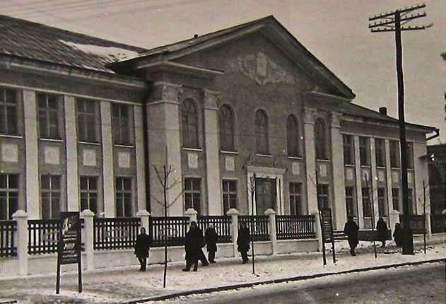 Новое здание Золотоношской средней сельскохозяйственной школы г. Золотоноша 1954 г.